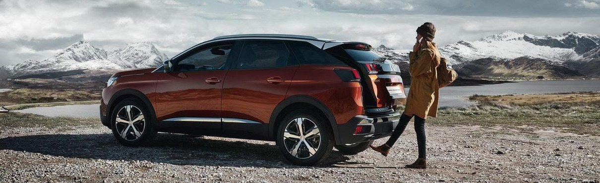 Hands-Full feature SUV Peugeot 3008